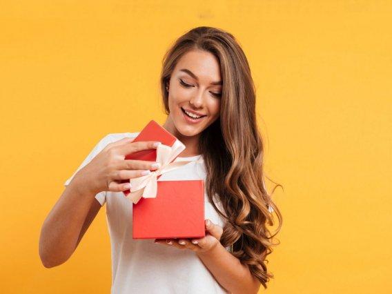 Что подарить девушке? Полная инструкция под каждый праздник
