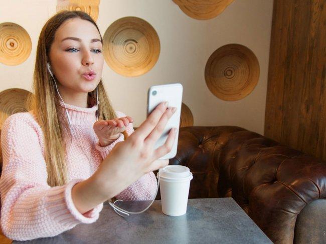 Как познакомиться с девушкой, если она говорит по телефону, в наушниках, с подругой, с мамой, с ребенком или в компании. Полезные советы фото