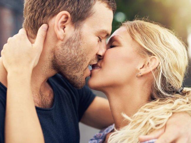 Как правильно целоваться с языком? 6 этапов французского поцелуя фото